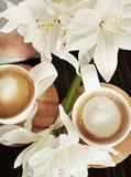 Chávenas de café com flores Foto de Stock Royalty Free