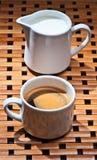Chávenas de café e leite Fotos de Stock
