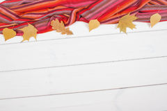 Châle féminin et feuilles, habillement pour l'automne ou hiver, l'espace de copie pour le texte sur les conseils blancs Photos stock