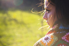 Châle s'usant de jolie femme photographie stock