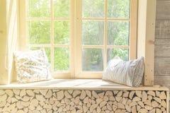 Châssis blanc de fenêtre de rideau et de fenêtre en bois, vert abstrait de jardin avec la lumière du soleil Pour l'affichage de p images stock