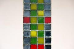Châssis de fenêtre avec des beaucoup petit panneau en verre coloré photo stock