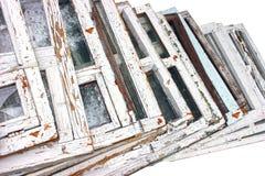 Châssis de fenêtre Une fenêtre cassée avec un vieux cadre en bois Image libre de droits