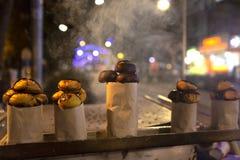 Châtaigne frite en feu en bois image stock