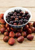 Châtaignes et olives photographie stock libre de droits
