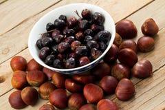 Châtaignes et olives image stock
