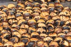Châtaignes rôties à vendre dans la rue d'Istanbul La Turquie Images stock