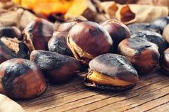 Châtaignes rôties sur une table en bois rustique Photo stock