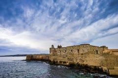 Château âgé moyen de Maniace sur le littoral en île d'Ortigia sur la Sicile, Siracusa photographie stock libre de droits