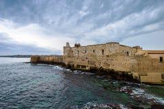 Château âgé moyen de Maniace sur le littoral en île d'Ortigia, Siracusa photographie stock libre de droits