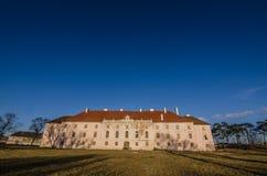 château abandonné avec le pré et le ciel bleu Image stock