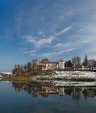 Château antique avec la réflexion dans le lac Photographie stock libre de droits