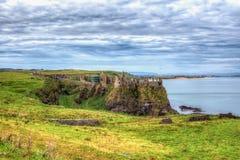 Château antique construit sur une roche entourée par la mer Photos stock