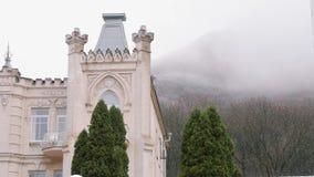 Château antique gentil avec la montagne en brouillard sur le fond Autumn Landscape banque de vidéos