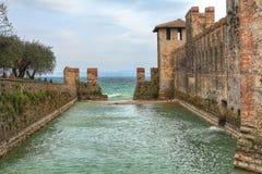 Château antique sur le lac Garda. Sirmione, Italie. Photo libre de droits