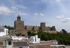 Château arabe au-dessus des toits de ville. Antequera, Andalousie. Images stock