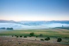Château Beynac et Fayrac dans la brume de début de la matinée photos stock