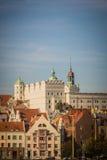 Château blanc avec des tours et des toits de toit et rouges verts de résidentiel et logements de fonction et rivière dans Szczeci Image stock
