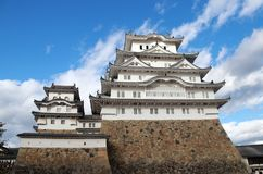 Château blanc de Himeji sur la lumière du soleil avec le fond de ciel bleu Château de Himeji également connu sous le nom de châte Photos stock