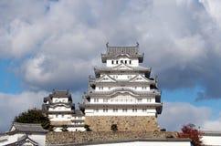 Château blanc de Himeji sur la lumière du soleil avec le fond de ciel bleu Images stock