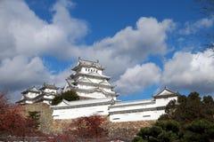 Château blanc de Himeji sur la lumière du soleil avec le fond de ciel bleu Image stock
