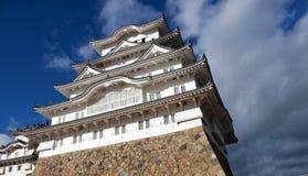 Château blanc de Himeji sur la lumière du soleil avec le fond de ciel bleu Photographie stock