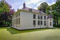 Château blanchi dans un fossé couvert de lenticule Image libre de droits