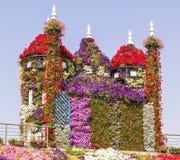 Château coloré étonnant des fleurs en parc de jardin de miracle, Dubaï Image stock