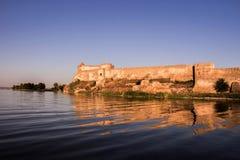 Château défensif antique sur les rivages de la mer photos stock