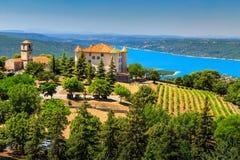 Château d'Aiguines avec le lac st Croix à l'arrière-plan, Provence, France, l'Europe image stock