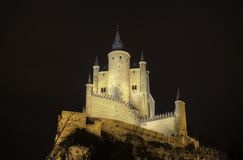 Château d'Alcazar de Segovia la nuit. Palais antique. Photo stock