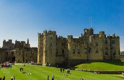 Château d'Alnwick dans le Northumberland, Angleterre photos stock