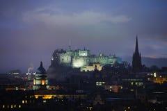 Château d'Edimbourg au crépuscule en hiver image libre de droits