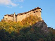 Château d'Orava au crépuscule pendant l'automne images stock