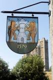 Château d'Orford et signe de village Image stock
