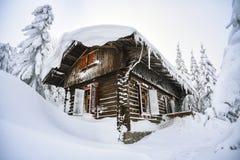 Château dans les montagnes d'hiver, une hutte dans la neige Horizontal de montagne de l'hiver Karkonosze, Pologne photos stock