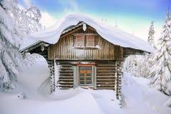 Château dans les montagnes d'hiver, une hutte dans la neige Horizontal de montagne de l'hiver Karkonosze, Pologne image stock