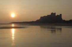 Château de Bamburgh au lever de soleil Photos libres de droits