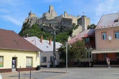 Château de Beckov au-dessus de village de Beckov photographie stock