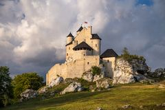 Château de Bobolice au coucher du soleil Photo stock