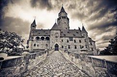 Château de Bouzov avec le ciel dramatique Image stock