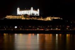 Château de Bratislava la nuit Photographie stock libre de droits