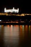 Château de Bratislava la nuit Image stock