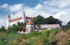 Château de Bratislava sur la colline au-dessus de la vieille ville Photos libres de droits