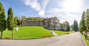 Château de Cantacuzino dans la ville de Busteni de la Roumanie dans une vue grande-angulaire photo libre de droits