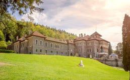 Château de Cantacuzino dans le néo- style architectural roumain dans Busteni un jour ensoleillé au crépuscule photos stock