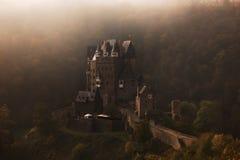 Château de conte de fées d'Eltz de Burg dans le brouillard photo libre de droits