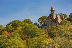 Château de conte de fées sur le sommet de montagne, automne photo libre de droits