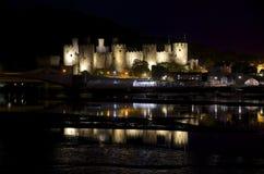 Château de Conwy à la nuit, aux lumières et aux réflexions de l'eau sur la clé de Conwy Image stock