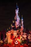 Château de Disneyland Paris pendant la célébration de Halloween la nuit Photo libre de droits